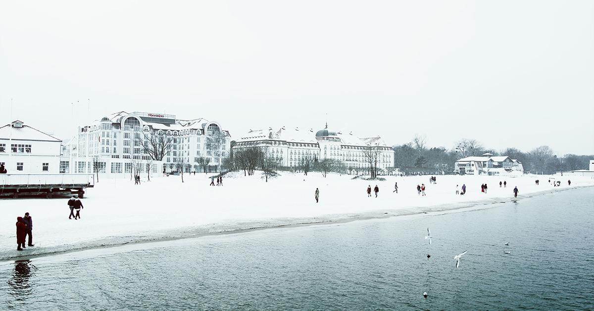 Morze zimą plaża w sopocie